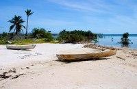 Рыбацкие лодки на берегу острова. Атолл Turneffe.