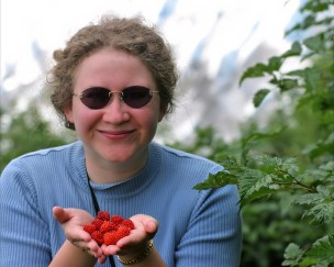 Катя с дикорастущей малиной.