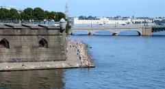 Часть Петропавловского пляжа и Троицкий мост.