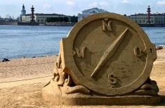 Конкурс песчаных фигур на пляже Петропавловки. Компас.