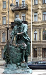 """Памятник """"Петр-плотник"""" на Адмиралтейской набережной."""