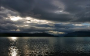 Озеро Naknek lake ночью.