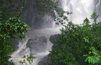 Ручей из водопада Wailua falls, проходящий под дорогой.