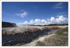 Температура в Огненной реке около 30 градусов Цельсия.