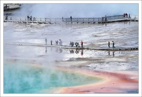 Бактерии, а вслед за ними и весь Гранд Призматик, меняют окраску по сезонам: летом они оранжево-красные, зимой темно-зеленые.