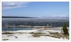Геотермальная зона на берегу озера Йеллоустоун.