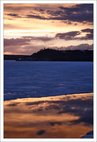 Лед и жидкое золото в одном кадре. Озеро Йеллоустоун.