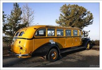 Винтажный желтый автобус 1937-го года выпуска.