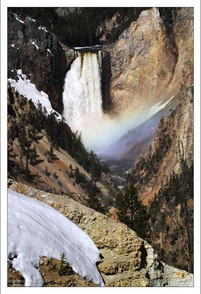 Водопад, радуга, и снег.