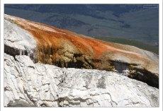 Оранжевые отложения - работа бактерий-термофилов на травертиновом холме.