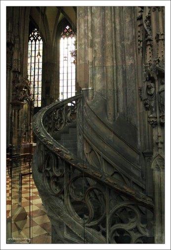 Декоративная лестница на кафедре епископа.