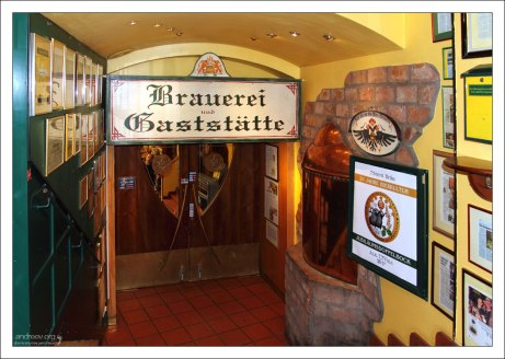 """На входе в ресторан """"7 Stern Bräu""""."""