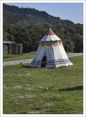 Торговые шатры на территории крепости.