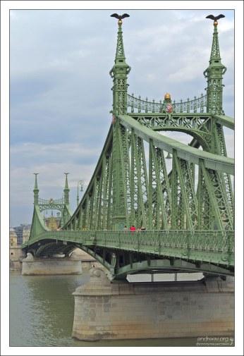Длина моста Свободы - 333 метра.