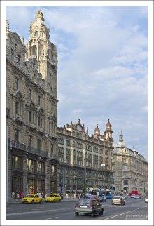 Отели и магазины вдоль улицы Kossuth Lajos.