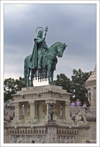Конная статуя святого Иштвана - первого короля Венгерского королевства.
