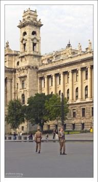 Смена караула у здания Парламента.