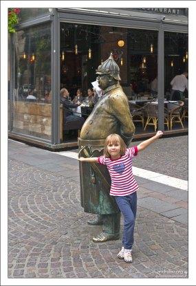 Саша и статуя толстому городовому на улице Zrinyi.