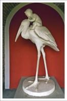 """Статуя """"Рождение гусара"""". Настоящего гусара в этот мир аист приносит не в клюве, а на спине."""