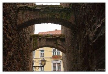 Старые арки-перекрытия между домами.