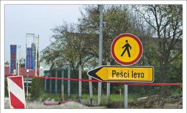 Пешеходы - слева.