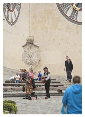 Уличный музыкант около Часовой башни Uhrturm.