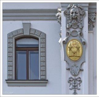 Позолоченные медальоны на стенах домов в Любляне.