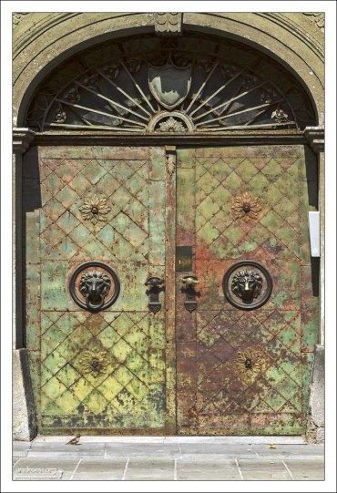 Старые кованые ворота.