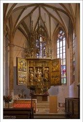 Один из двух алтарей в церкви.