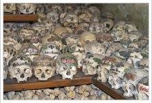 В часовне находится 1200 черепов, половина из которых с рисунками.