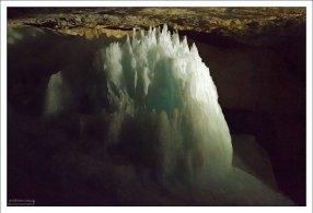 Ледяной сталагмит в зале Big Ice Chapel.