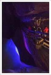 Обзорная тропа по краю пропасти в Ледяной пещере.