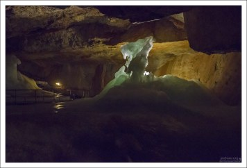 Ледяные сталагмиты образованы водой, просочившейся с поверхности Дахштейна.