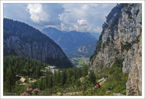Тропа в горах Дахштейн к станции канатной дороги.