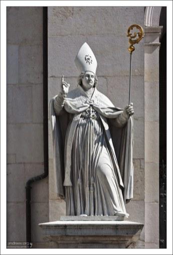 Статуя святого Виргилия перед входом в кафедральный собор Зальцбурга.