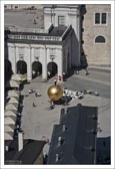 Памятник кондитеру на площади Kapitelplatz.