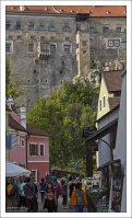 Стены Крумловского замка возвышаются над центром города.