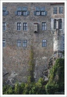 Средневековый туалет в стене Крумловского замка.