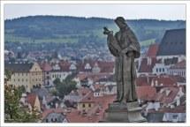 Трогательная скульптура на Плащевом мосту Крумловского замка.