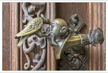 Дверная ручка: голова турка, и клюющий её ворон.