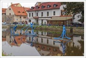Синие люди-спруты на пересечении рек Влтава и Малше.