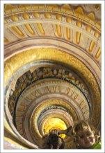 Лестница между библиотекой и церковью выполнена в стиле рококо, украшена изящной лепкой, ограждение лестницы – ажурная ковка. Лестница относительно небольшая, но в основании ее и в потолке хитро устроены зеркала, и поэтому она кажется просто бездонной.