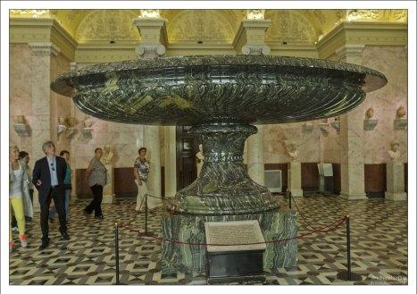 Большая колыванская ваза из зелёно-волнистой яшмы. Вес каменного изделия составляет 19 тонн. Это самая большая ваза в мире. Эрмитаж.
