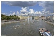 Плавающие фонтаны возле Лужков-моста на Водоотводном канале.