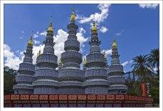 Фарфоровая пагода, высотой 16 метров, на выставке Zoominations в зоопарке Lowry Park была создана из 68 000 керамических чашек, мисок, ложек и тарелок.