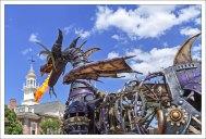 Настоящий огнедышащий дракон на параде в парке Magic Kingdom. В мае 2018 года поджег сам себя, и только недавно вернулся в строй.