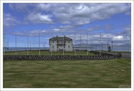 Хёвди (исл. Höfði) - старинный дом, в котором во время «Исландского саммита» 1986 года встречались Михаил Горбачёв и Рональд Рейган.