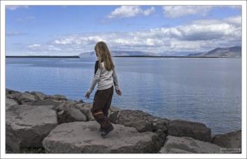 Саша прогуливается по набережной в Рейкьявике.