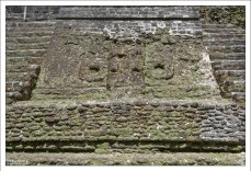 По сторонам есть вырезанные из камня маски, правда очень сильно разрушенные. Верхняя площадка использовалась майя в качестве обсерватории, чтобы следить за звездами и проверять положение солнца на рассвете.