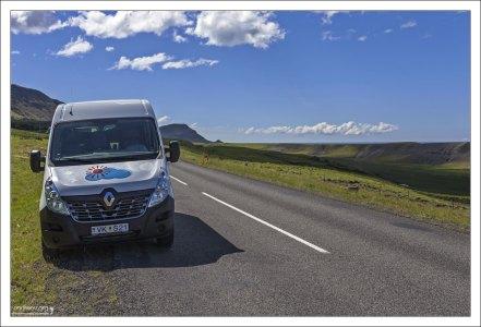 Renault Master на обочине главной островной дороги.